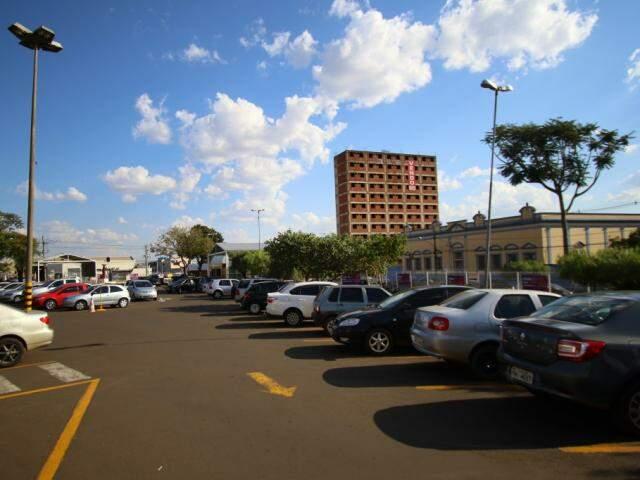Onde antes acontecia a Feira Livre, agora é o estacionamento do Mercadão, com o Colégio Oswaldo Cruz ao fundo. (Foto: André Bittar)