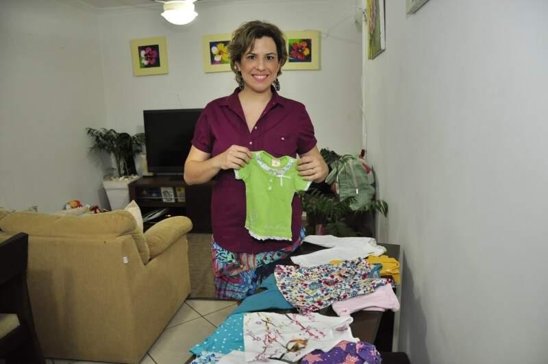 Uma das organizadoras, Ana Paula já separou as roupas da bebê de 9 meses.