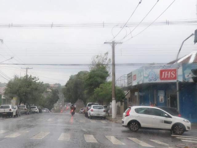 Nesta segunda-feira a chuva já deu as caras em Campo Grande, na região central (Foto: Henrique Kawaminami)