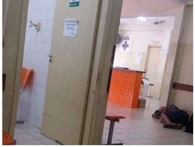 Idoso estava no chão da CRS Tiradentes segundo publicação. (Foto: Direto das Ruas)