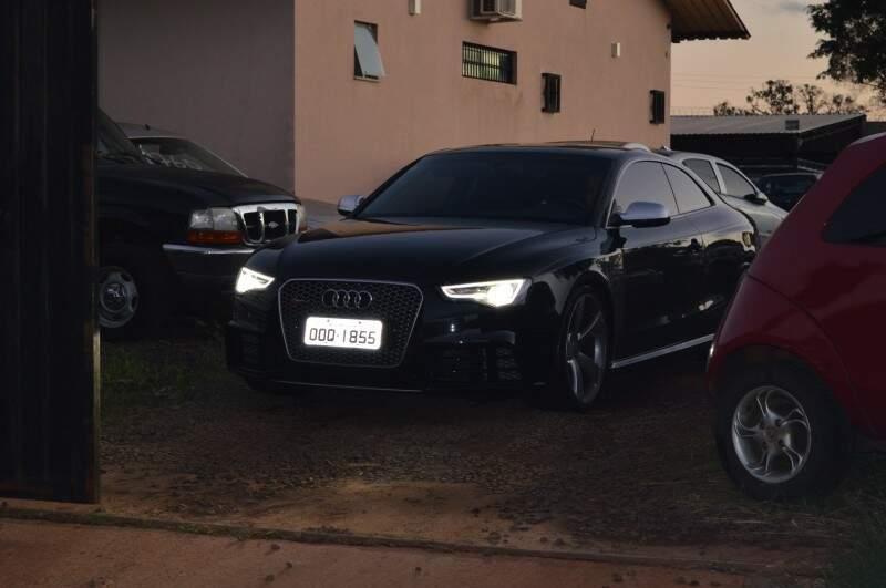 Hélio Yudi deixa a sede da Denar, em carro dirigido pelo advogado Newley Amarilla (Foto: Thiago Souza)