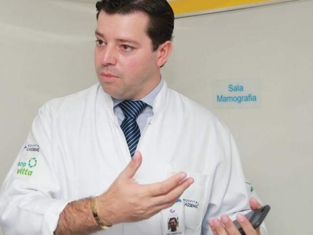 Oncologista Fabrício Colacino, durante lançamento de programa de prevenção e assistência à saúde de servidores. (Foto: Marcos Ermínio)
