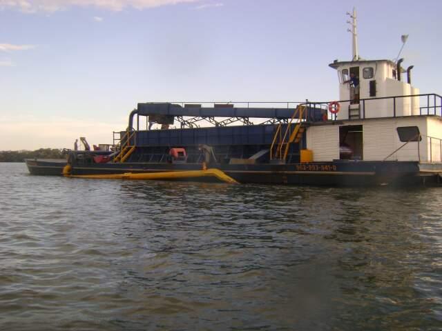 Sistema de draga foi lacrado no rio Paraná e empresa multada. (Foto:Divulgação)