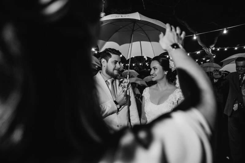 Se tivesse feito um sol com céu de aquarela como o casal pretendia, nas palavras de Tatiana e Felipo, a cerimônia não teria sido tão perfeita. (Foto: Allan Kaiser)
