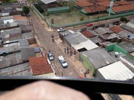 Helicóptero da Polícia Militar dá rasantes à caça de ladrões de carro