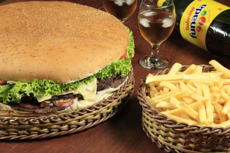 Combo - Mega lanche que acompanha batata frita e refrigerante de 2 litros - (Foto Divulgação)