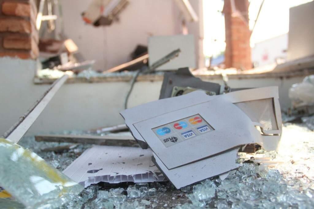 Vestígios de caixa eletrônico se espalham por agência. (Foto: Marcos Ermínio)
