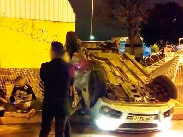 Carro em que Isabela estava capotou após a colisão. (Foto: Direto das Ruas)