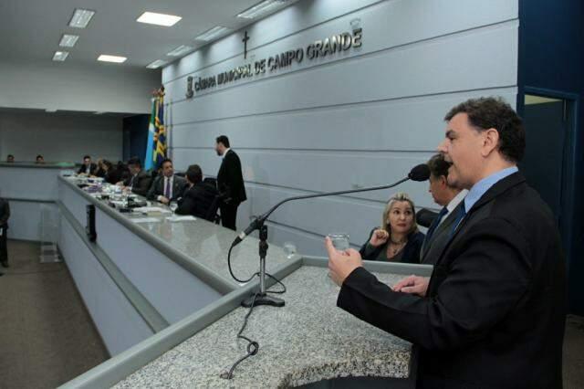 Vinicius Siqueira usa a tribuna em sessão da Câmara. (Foto: Divulgação)