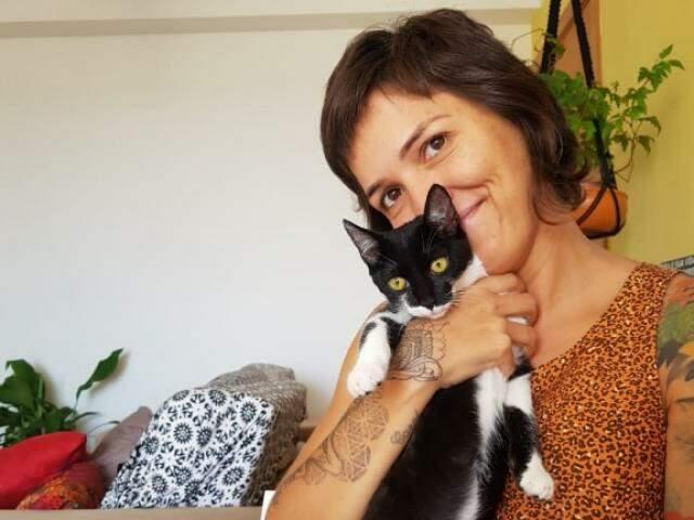 E na companhia dos gatos, o lar fica ainda mais acolhedor. (Foto: Bruna Fernandes)