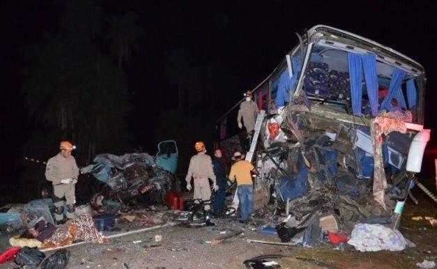 Acidente entre ônibus e caminhão matou cinco pessoas. (Foto: Sidnei Bronka)