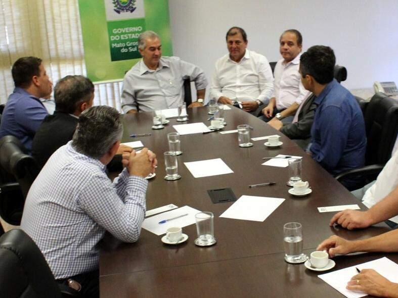 Governador Reinaldo Azambuja, no meio. Ao lado direito, na foto, coordenador da articulação política do governo, Sérgio de Paula, deputado Carlos Alberto.  (Foto: Chico Ribeiro/Governo do Estado).