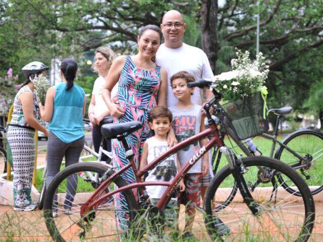 Michelli foi com o esposo,Marco, em com os dois filhos, de 3 e 6 anos. (Foto: Alcides Neto)
