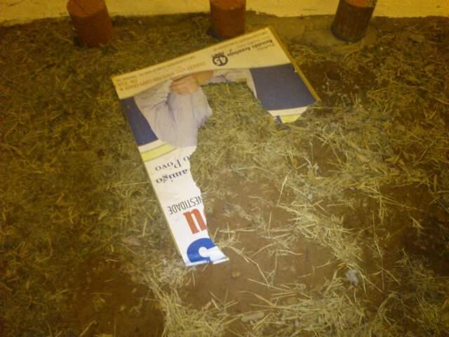 Em outra imagem enviada pelo leitor, também é possível ver como ficou destruída uma das partes da placa publicitária