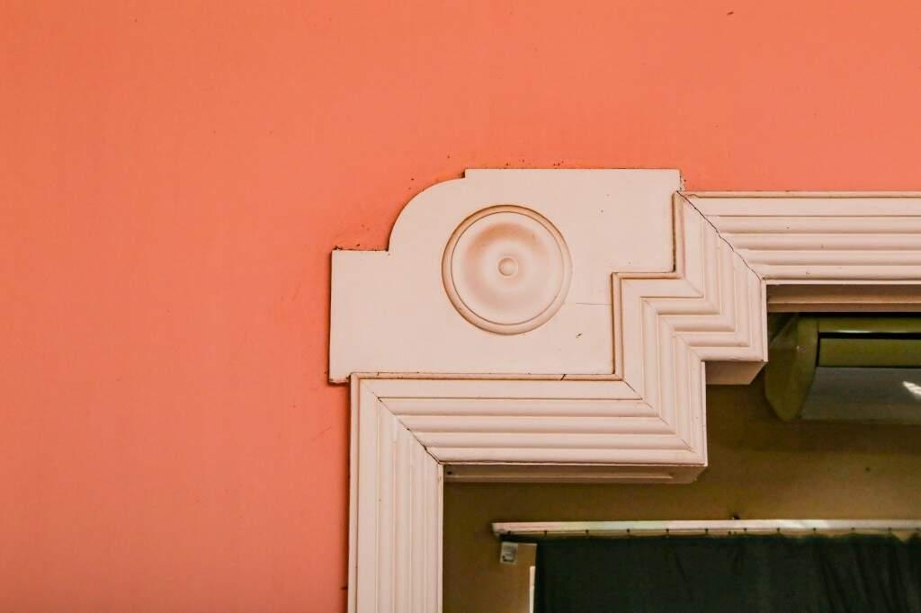 Molduras nas paredes da sala. (Foto: Kísie Ainoã)