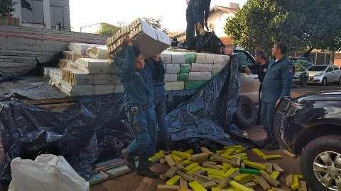 Caminhonete atola e traficantes abandonam 5 toneladas de maconha