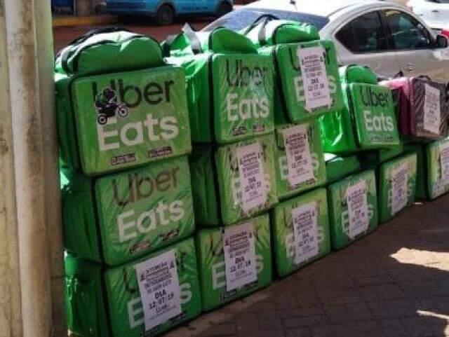Algumas mochilas utilizadas para entregas foram reunidas como forma de chamar atenção. (Foto: Direto das Ruas)