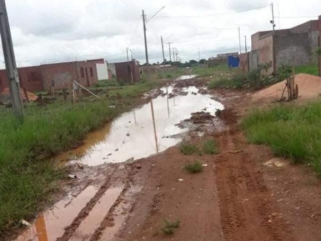 Segundo reclamações dos moradores, a lama está impedindo o tráfego de veículos pelo local. (Foto: Direto das Ruas)