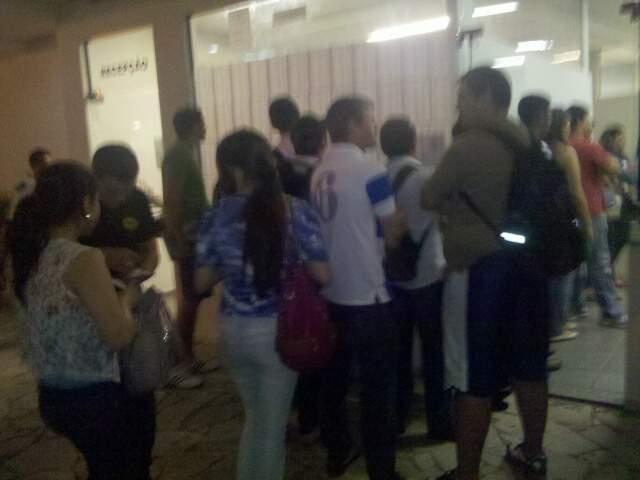 Na foto tirada pela acadêmica, a fila que leva até 2h para chegar ao guichê de atendimento. (Foto: Charlita Benites)