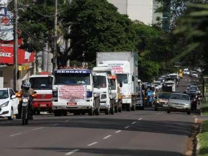 Com fogos e carreata, caminhoneiros fazem protesto na Afonso Pena