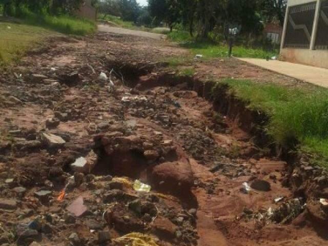 Crateras tomaram conta de rua, que ficou intransitável e causa indignação em moradora (Fotos: Direto das Ruas)
