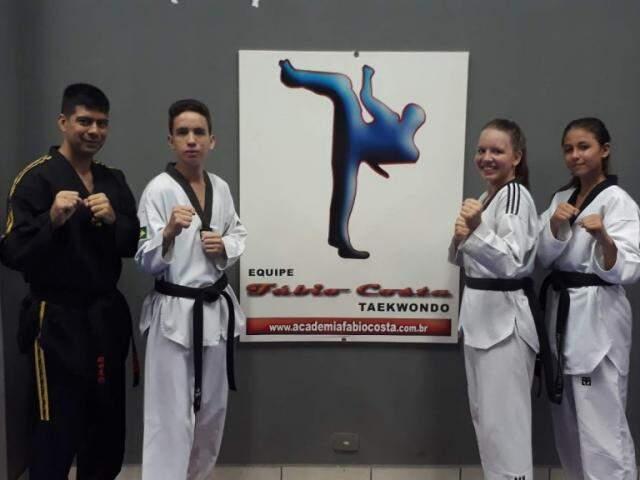 Técnico Fábio Costa com lutadores que viajarão para o Rio (Foto: Divulgação)