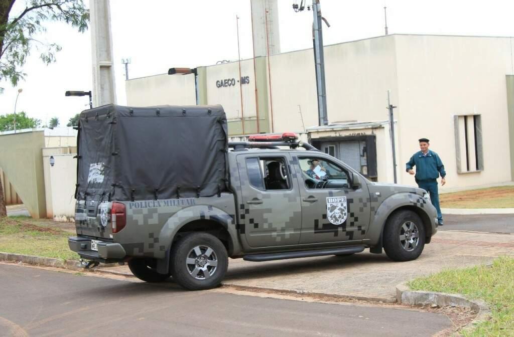 Chegada de viaturas da PM à sede do Gaeco; pelo menos 200 policiais militares dão apoio à operação (Foto: Marina Pacheco)