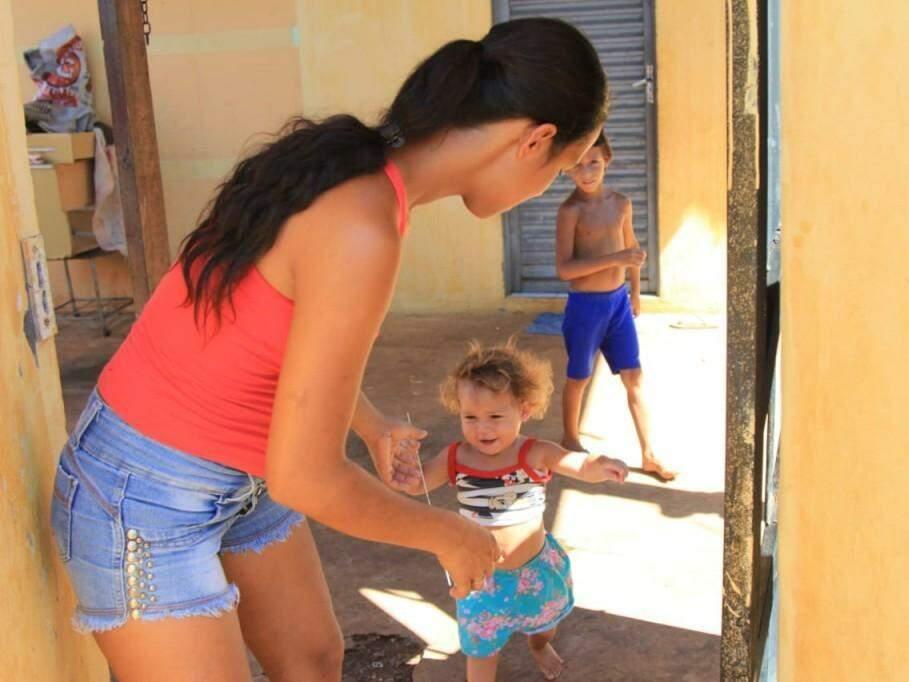 Lucimara com a filha menor e um dos filhos que já estuda (Foto: Marina Pacheco)