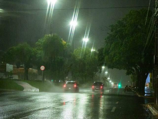 Quarta-feira amanheceu escura e com muita água. (Foto: Henrique Kawaminami)