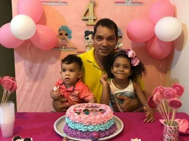 Luiz Carlos com os netos Arthur e Larissa, durante o aniversário da neta  (Foto: Arquivo pessoal)