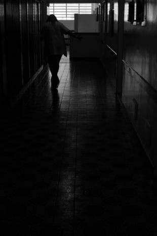 Especializada em Saúde Mental, Tânia é terapeuta ocupacional do Nosso Lar e há 20 anos cruza corredores de um lado para outro. (Foto: Alcides Neto)
