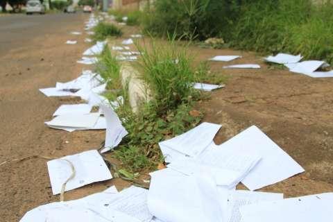 Papéis espalhados em rua da Capital são cópias de documentos, confirma PF