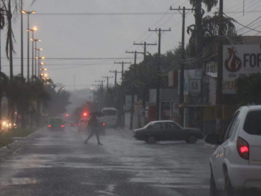 Chuva em Campo Grande nesta manhã (Foto: Henrique Kawaminami)