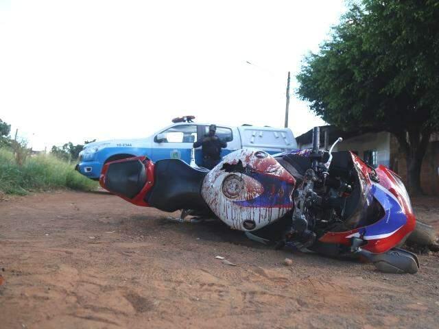 Motocicleta que a vítima conduzia foi encontrada suja de sangue . (Foto: Fernando Antunes)