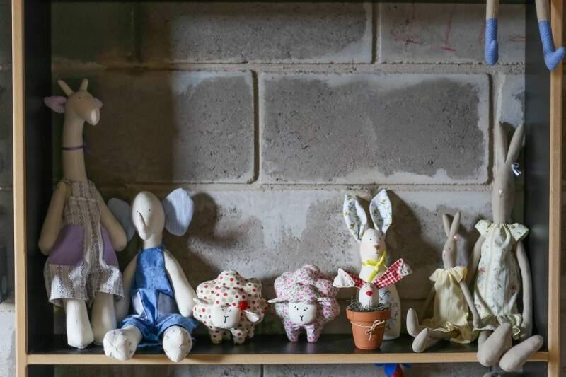 Liana também produz coelhinhos e ursinhos tradicionais. (Foto: Fernando Antunes)