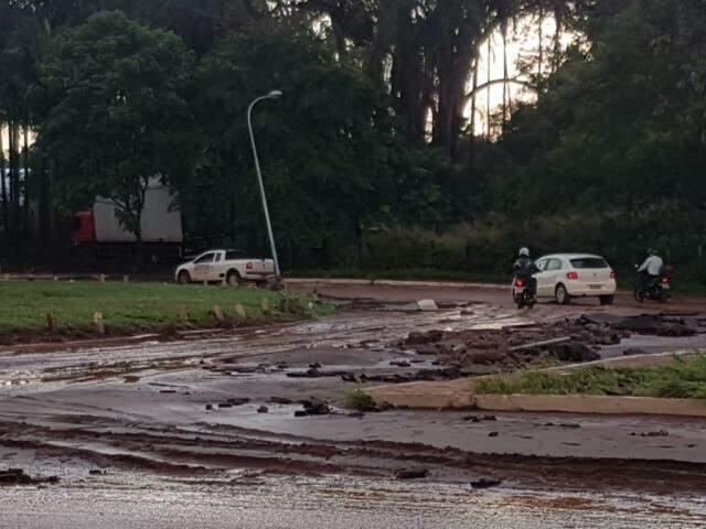 Rotatória da Rachid Neder teve parte do asfalto arrancado; Sisep iniciou limpeza pela cidade. (Foto: Anahi Gurgel)