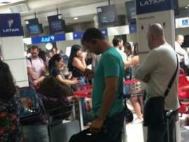 Passageiros no saguão do aeroporto, após cancelamento. (Foto: Direto das Ruas).