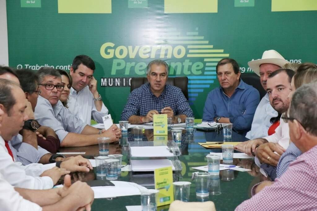 Governador durante reunião com prefeitos em Rio Verde do Mato Grosso.