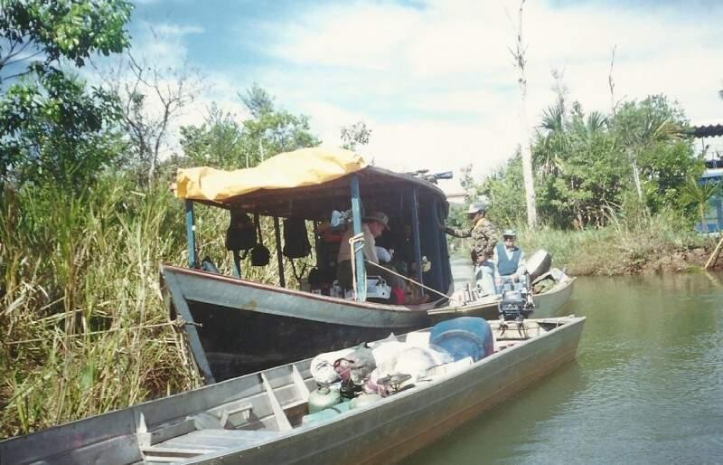 Primeiro imprevisto: a chalana que levaria a comida não conseguiu navegar e eles tiveram de retirar a carga. (Foto: Arquivo Pessoal)