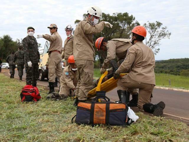 Bombeiros e Militares do Exercito durante acidente que deixou um sargento morto e cinco feridos. (Foto: Fernando Antunes)
