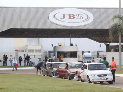 Funcionários controlam princípio de vazamento de amônia na JBS