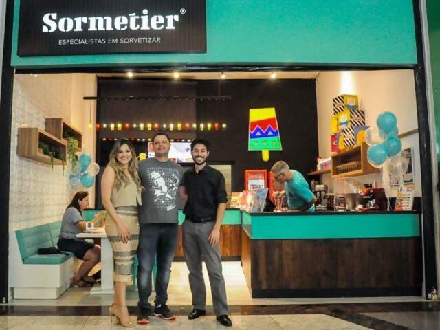 Luciana e Edward Lemos, proprietários da Sormetier em Campo Grande, ao lado do diretor executivo da Los Paleteros, Gean Chu.(Foto: Paulo Francis)