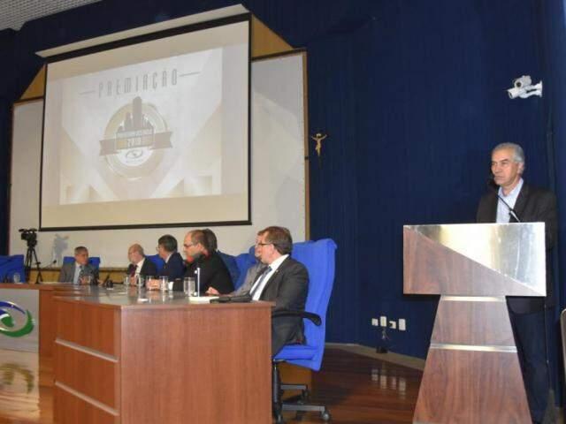 Governador Reinaldo Azambuja (PSDB), durante evento no Tribunal de Contas (Foto: Divulgação/TCE)