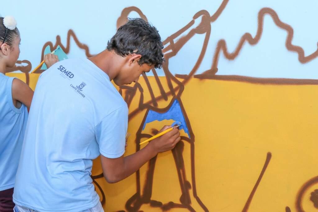 Do primeiro ao sétimo ano, alunos participaram da pintura em uma escola municipal. (Foto: Henrique Kawaminami)