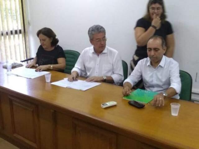 Secretario Roberto Hashioka e adjunto, Édio Viegas, em reunião com sindicatos hoje, na Secretaria Estadual de Administração (Foto: Leonardo Rocha)