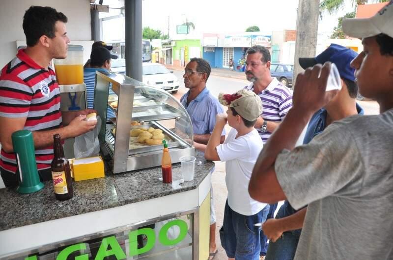 Bruno vende cerca de 500 salgados por dia. (Fotos: João Garrigó)