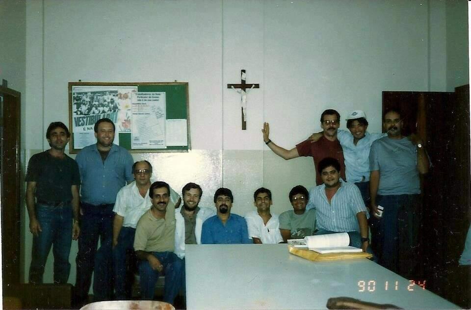 Onde está o Chuck? Professor é o penúltimo à direita. Foto dos anos 90, no Colégio Dom Bosco. (Foto: Arquivo Pessoal/Professor Carlão)