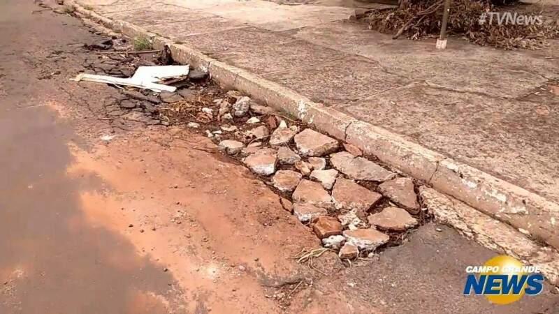 """Na Vila Jacy, morador improvisa """"tapa-buraco"""" e usa entulho em rua esburacada"""