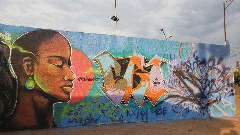 """No muro, artistas pintam a resistência e devolvem """"vida"""" à escola da periferia"""
