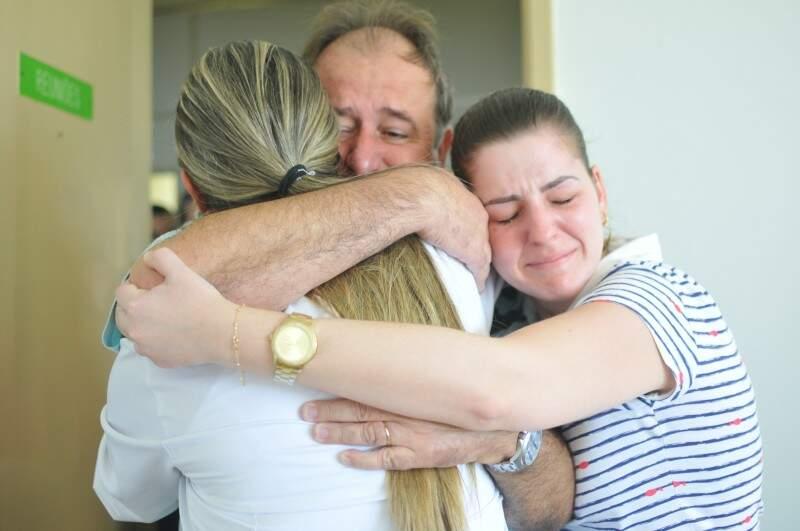 O abraço apertado veio carregado de emoção. (Foto: Alcides Neto)